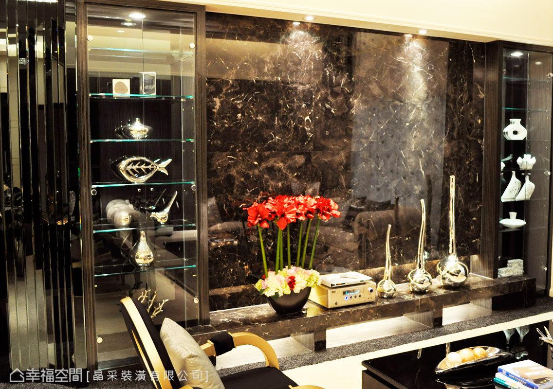 大尺度的電視面牆以大面石材刻劃氣韻; 左右兩側設計開放式的展示櫃,以玻璃為櫃面,為收藏藝品找到最合適的位置。