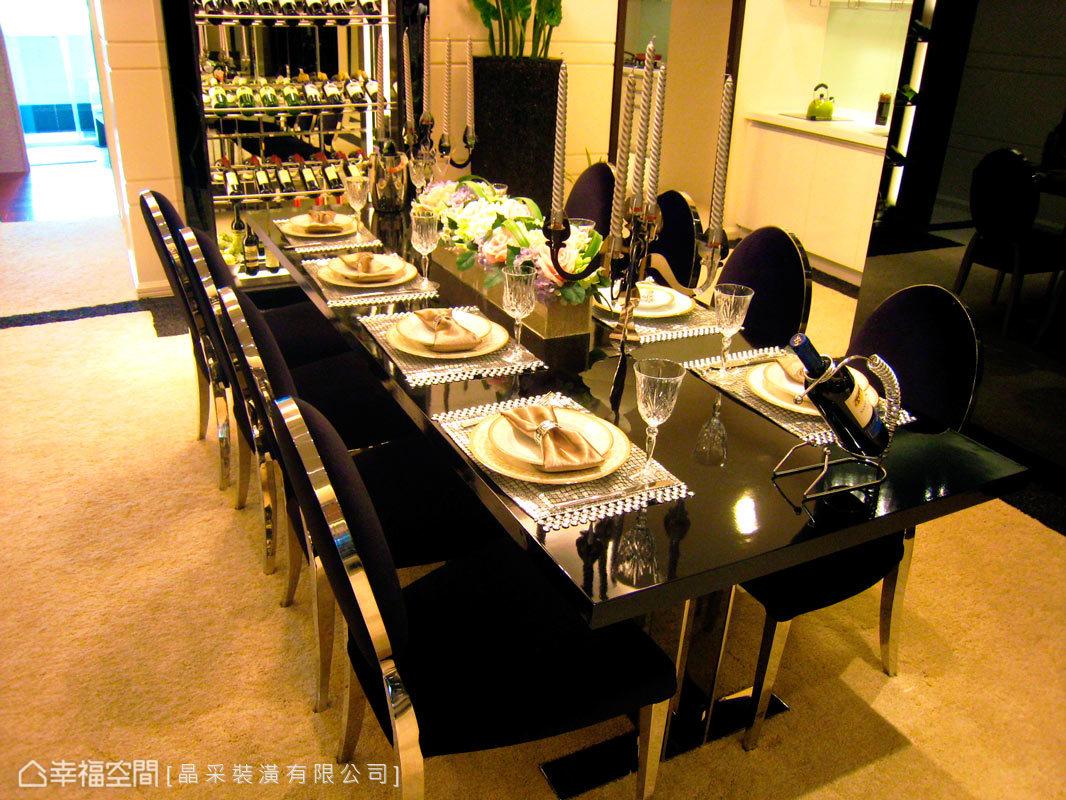 餐廳擺飾與傢俱將現代新古典的美感展現,底部並構置一面開放式紅酒櫃,增添餐敘氛圍。