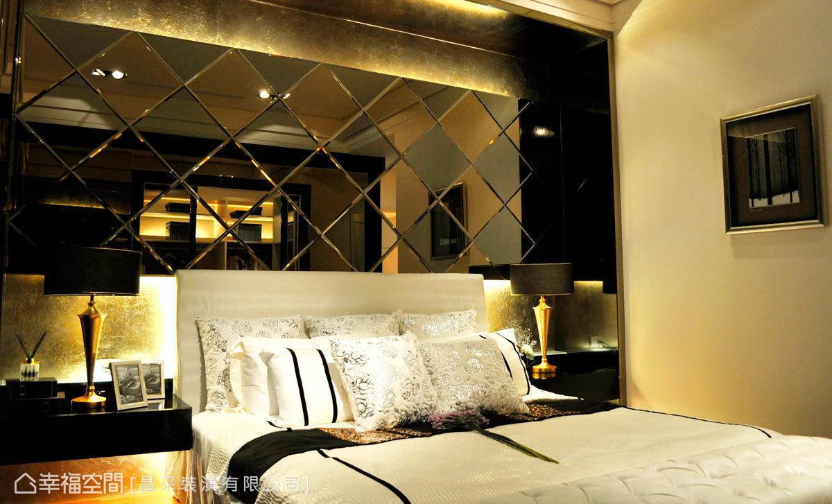 設計師創造精品旅店的氛圍,床頭背牆選用菱格切割鏡面,底部並鋪設有金箔,演繹著尊貴不凡。