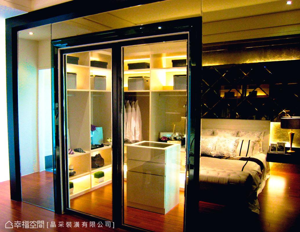 機能完備的更衣室結合收納功能,井然有序地以層板規劃,讓取物及收藏上更加便利,滿足屋主理想中的居宅。