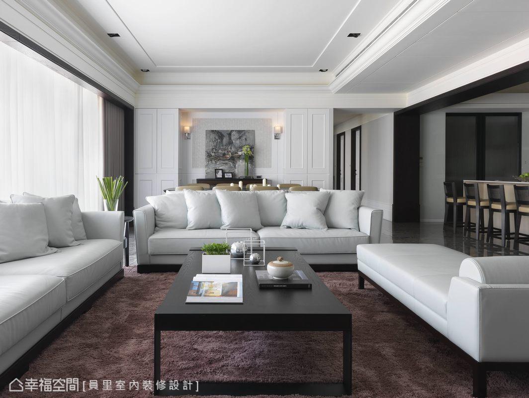 由沉穩的玄關轉入純淨優雅的客廳空間,日光與白色基調讓視覺豁然開朗。