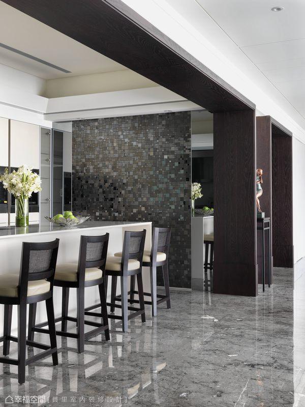 結合吧檯的開放式廚房,俐落簡單的機能造型,以立面材質變化豐富空間內涵。