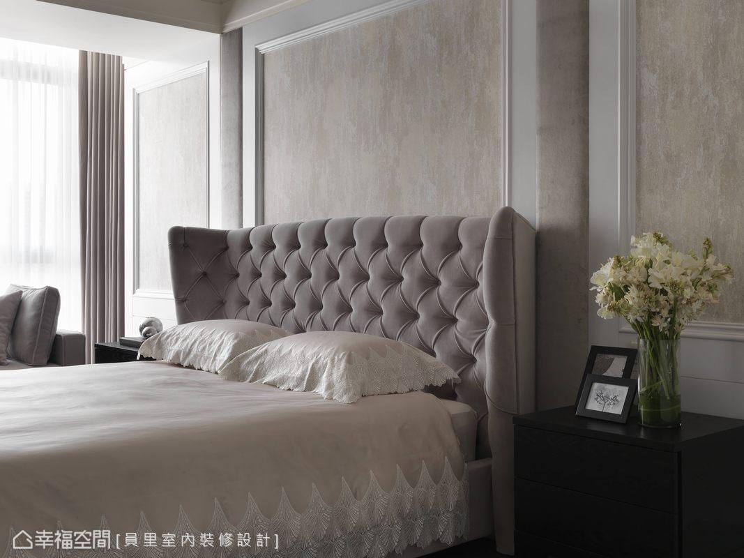 壁紙於白色線板框內,大地色調創造手感的紋理,與柔軟的繃布拉扣床頭,圍塑美式清雅的舒適。