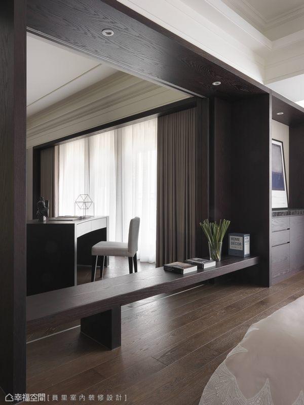 電視牆實為大面的推拉門,於床尾處保留書房段落的隱私彈性。