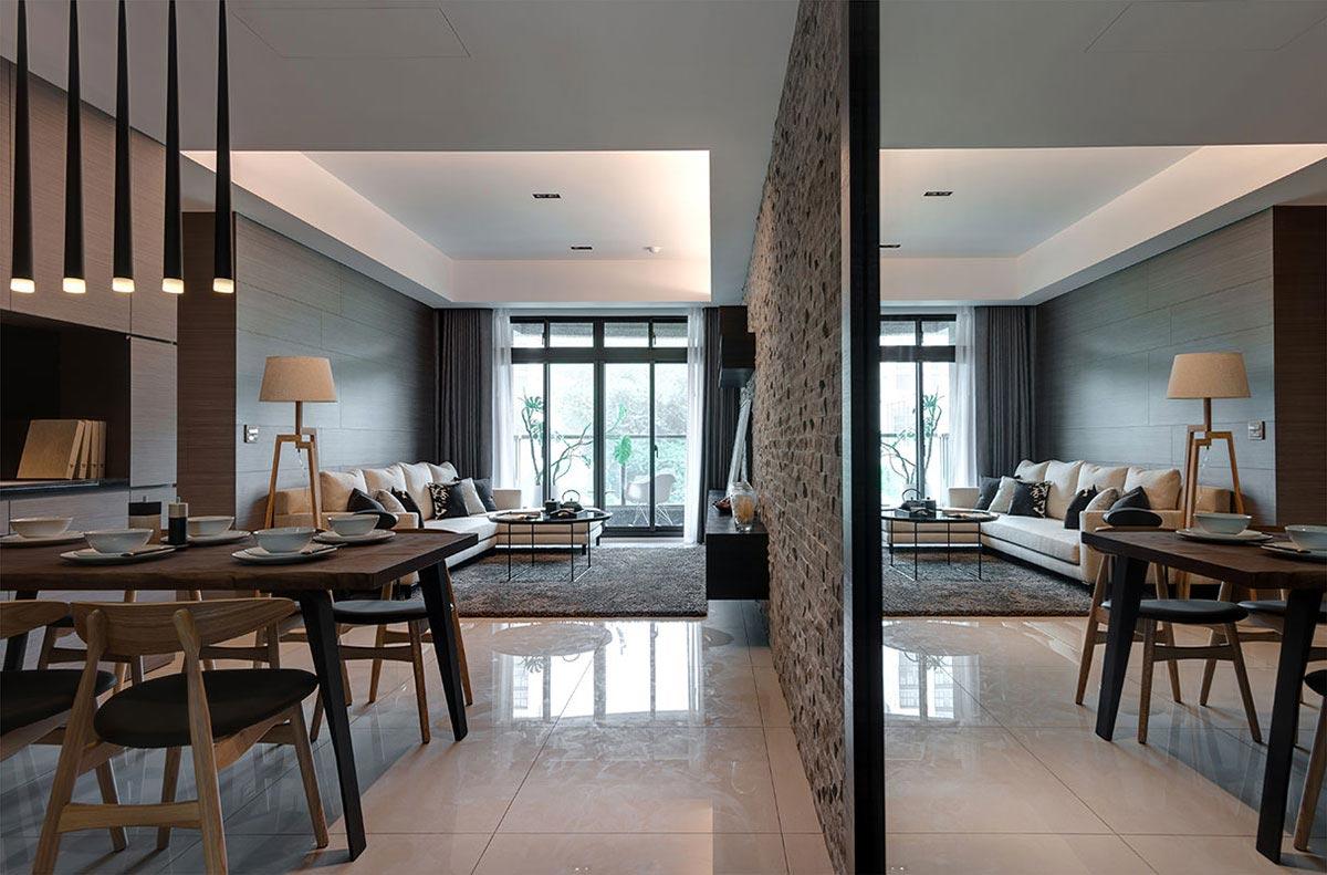 安排於玄關牆面處的大面穿衣鏡,鏡射放大雙倍空間感。