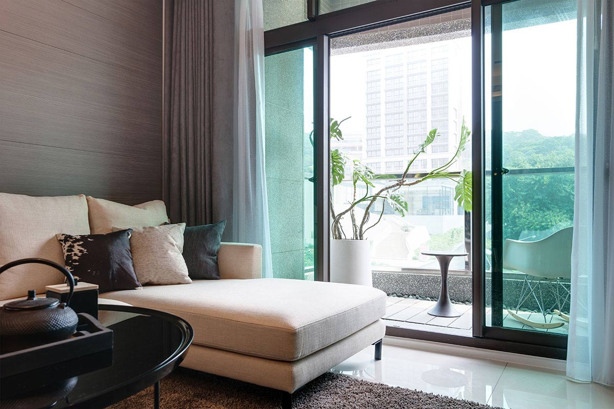 沉穩內斂的色澤鋪陳,就為烘托窗外這片自然綠景,引渡滿室休閒紓壓氣息。