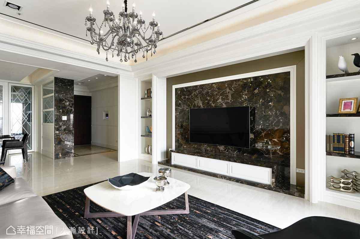 以黑金鋒的石材作為電視主牆,營造出大器風範,並以多層次線板框塑,刻劃空間中的古典氣韻。