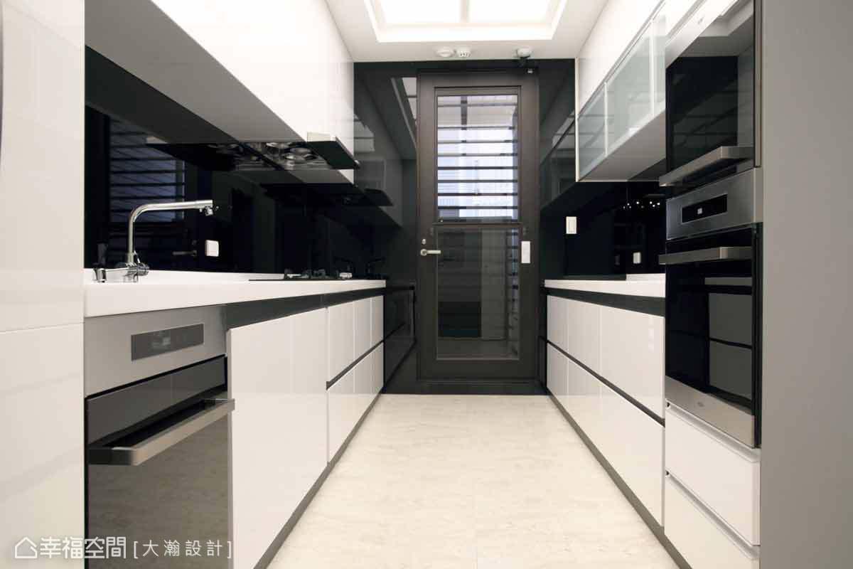 大瀚設計以流明天花打造明亮感的烹飪空間,並使用結晶鋼烤的材質,讓屋主的清理上更便利。