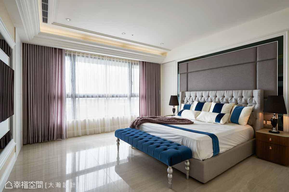 主臥室細膩鋪述屬於屋主的品味空間,床頭主牆以繃皮做切割線條的變化,展現低調奢華。