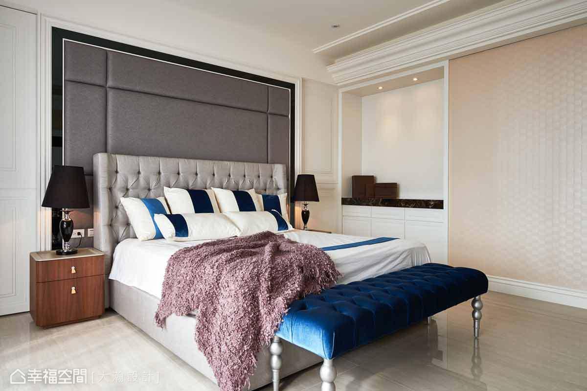 床頭右側,保留樑下的一處空間,作為置物平台使用,生活用品及小物件可以放置於此。