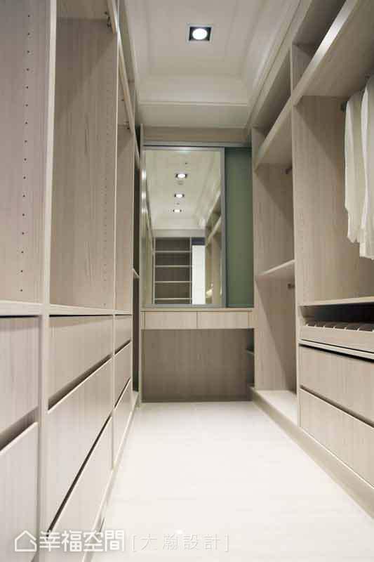 收納機能充沛的主臥更衣室,以開放層板、收納櫃體來處理,可以讓屋主靈活地運用收納空間。