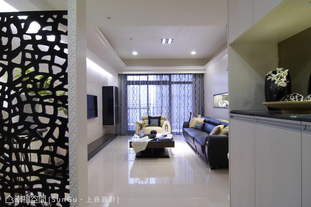 鏡面結合展示功能的設計,與鏤空屏風一同為視覺開端,引領人們進入優雅家居。