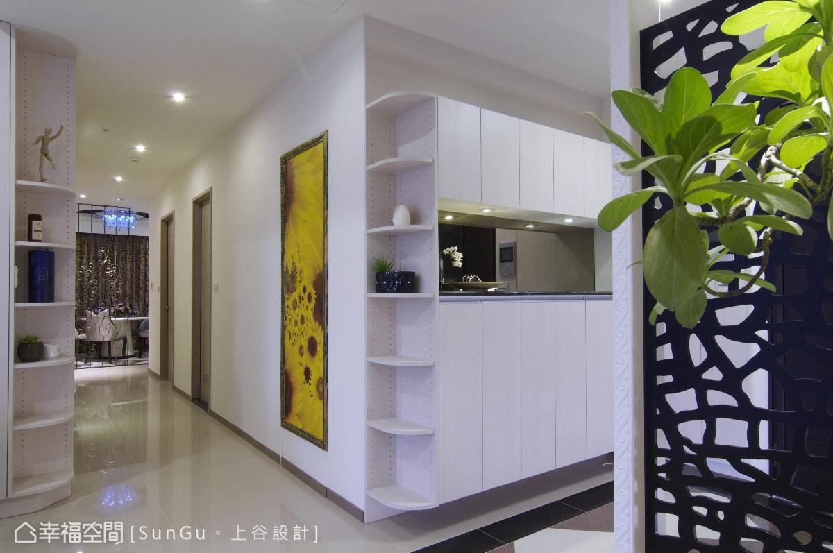 轉角以弧形層板的設計,巧妙銜接起玄關到室內廊道處,打破方正刻板的線條印象。