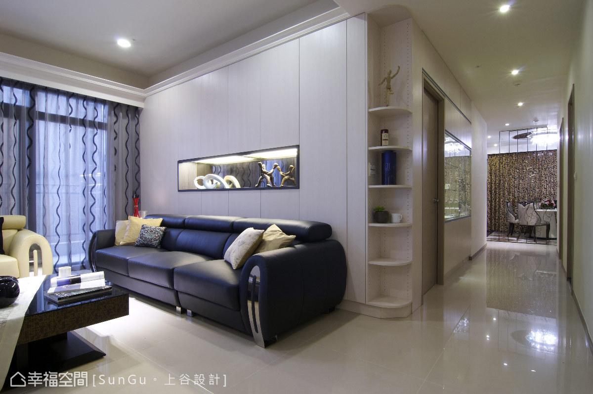 以收納櫃取代原本的實質牆面,輕量化的質材讓視覺上更顯輕盈,同時滿足收納需求。
