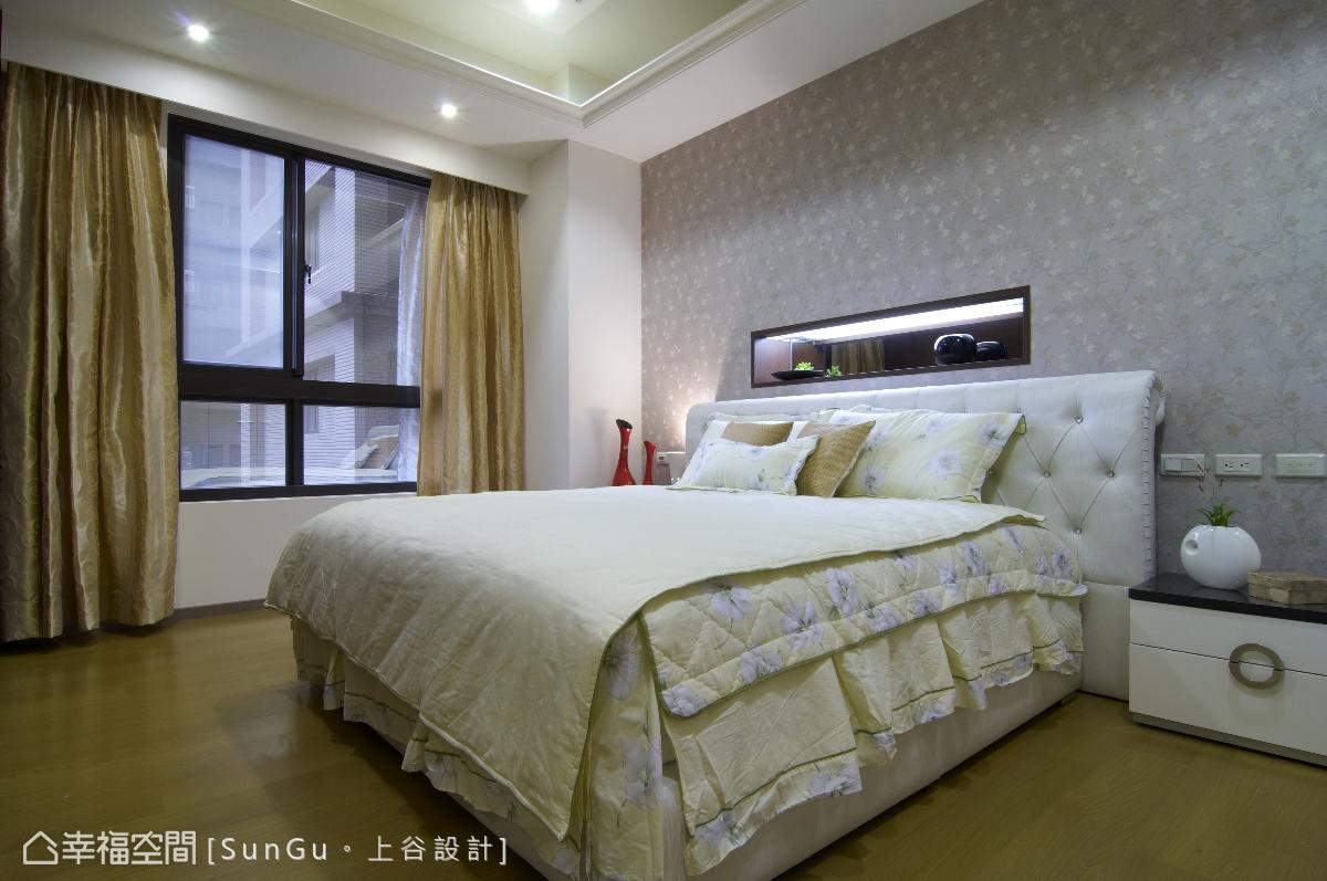 將床頭板的尺寸放大加寬,平衡天花壓樑的問題,而以小碎花壁紙鋪陳牆面,則顯得柔美溫馨。