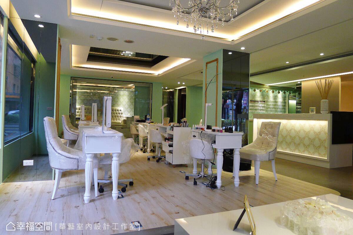與美甲師面對面的美甲護理區,華藝設計以鉚釘繃皮白色宮廷式沙發單椅,營造貴族般的優雅感受。