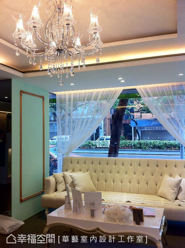 兩側以古典線板為牆面,規劃出包廂等候區的概念,從家具中傳遞輕古典美學的意境。
