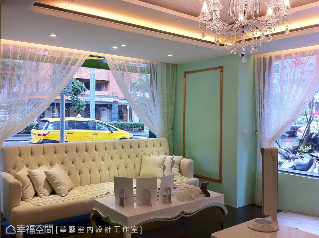 充滿淨度的tiffany藍,盧冠華設計師以特調出的咖啡色帶金的珍珠光澤線板,營造馬卡龍般的甜蜜時尚。