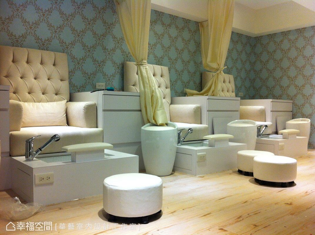 搭配柔和燈光與座椅色系,隔間紗簾以金色呈現高貴質感,柔美淨度中兼具典雅氣息。