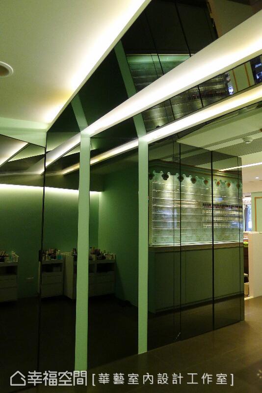 過道處以長條光帶及鏡面做出折射,放大空間,也形成多角度光束的視覺效果。