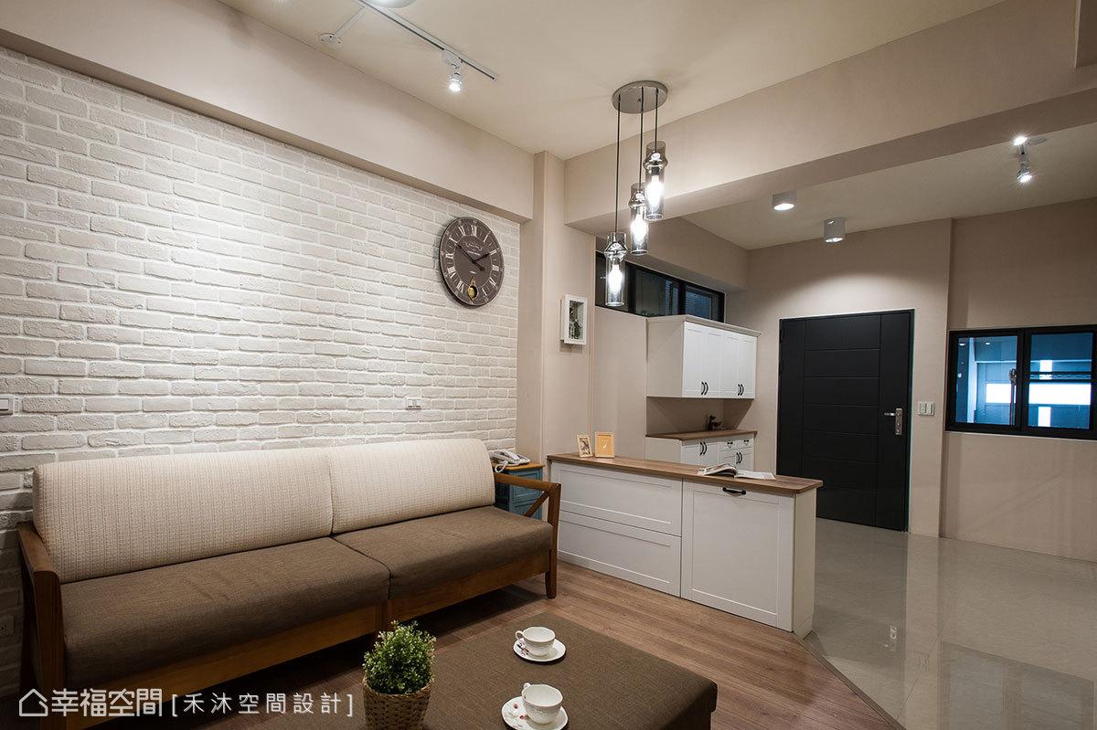 粗獷文化石與暖質木地板構築溫馨接待區,大地色調的鋪陳,使空間更感舒適無壓。
