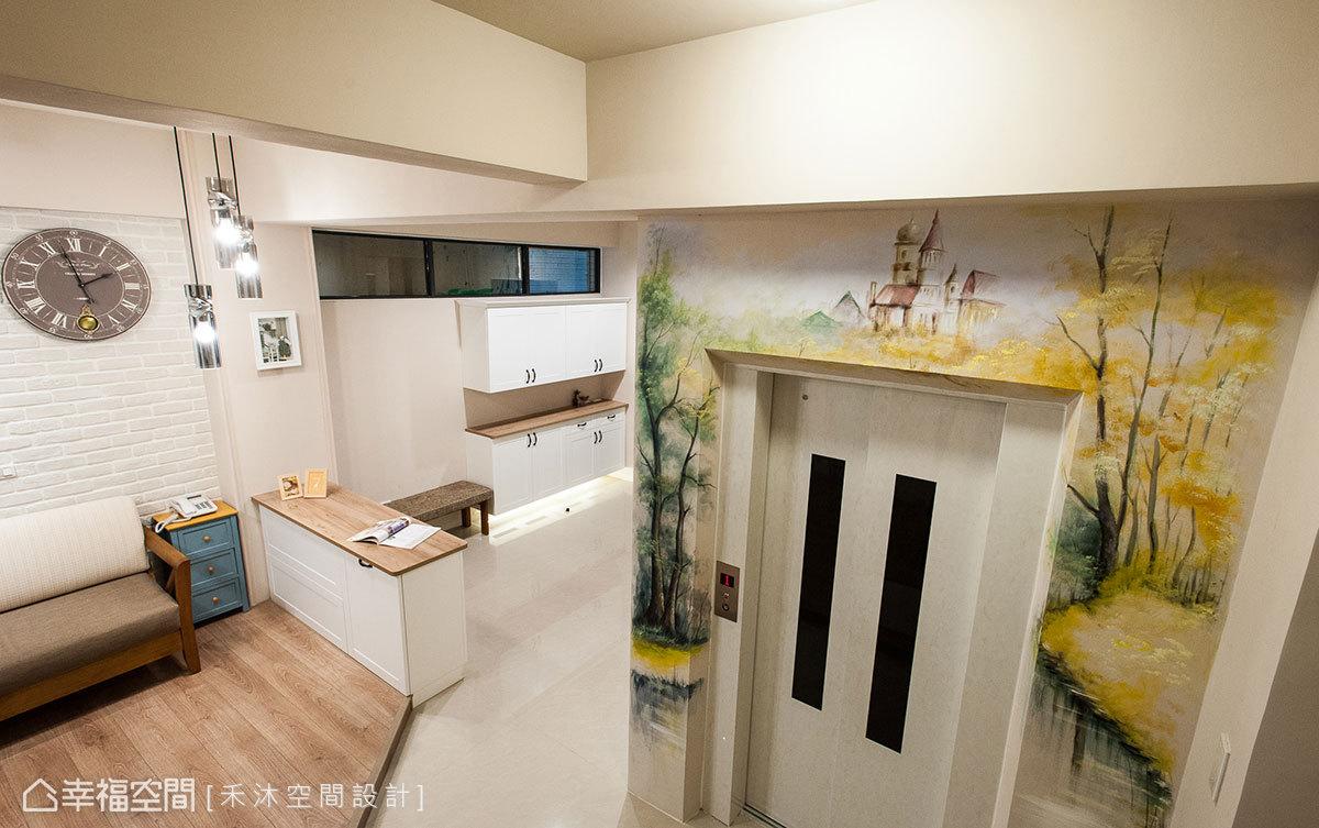 由水彩師傅現場手繪牆面,美化電梯外更增添藝術氣息。