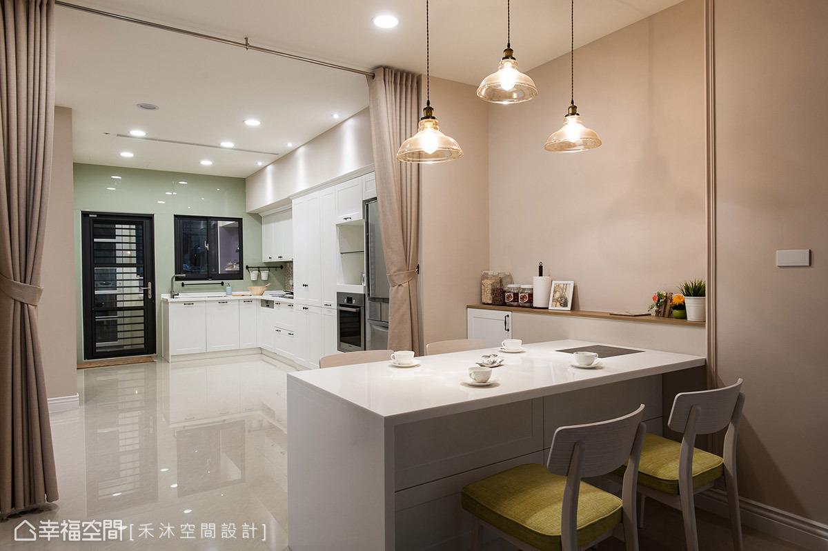 因應烹調習慣獨立規劃輕食區與熱炒區,餐桌上並內嵌電陶爐,滿足多元變化的美食享受。