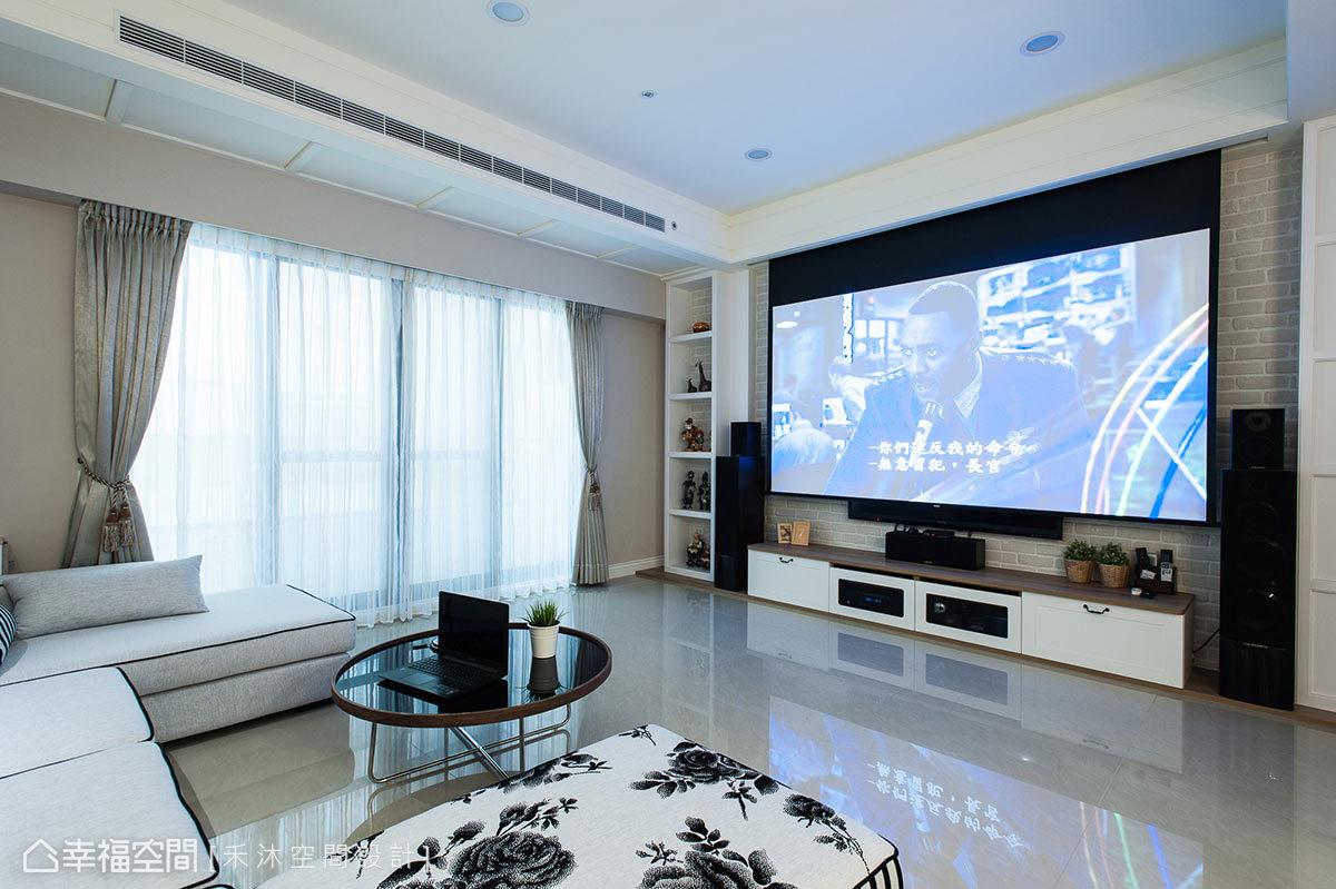除了要將音響設備融入整體設計中,還須規劃隱藏式投影布幕,打造超高規格家庭劇院。