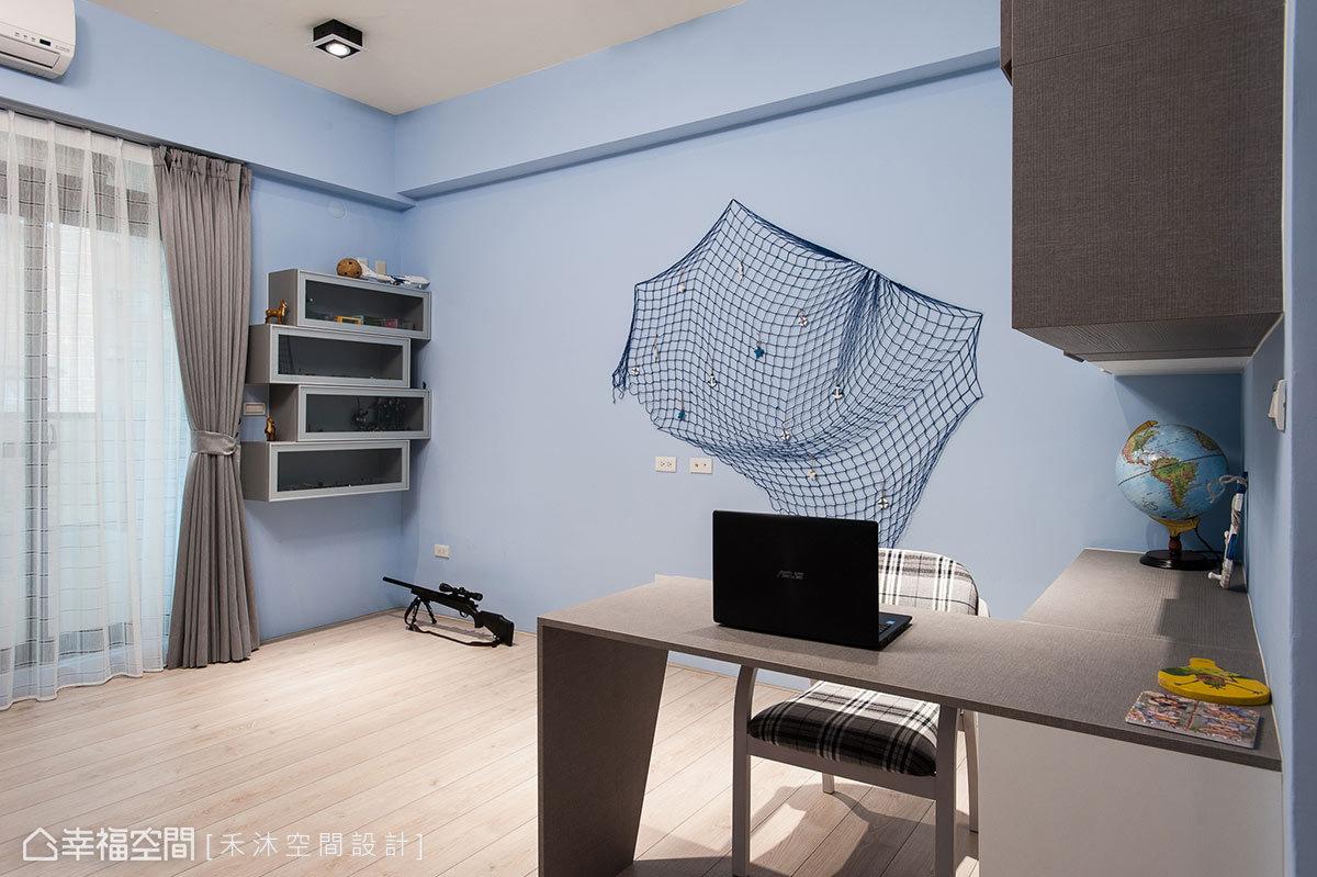 水藍色調的男孩房運用類菱格布紋的特殊系統面板規劃,簡約中見細緻質感。