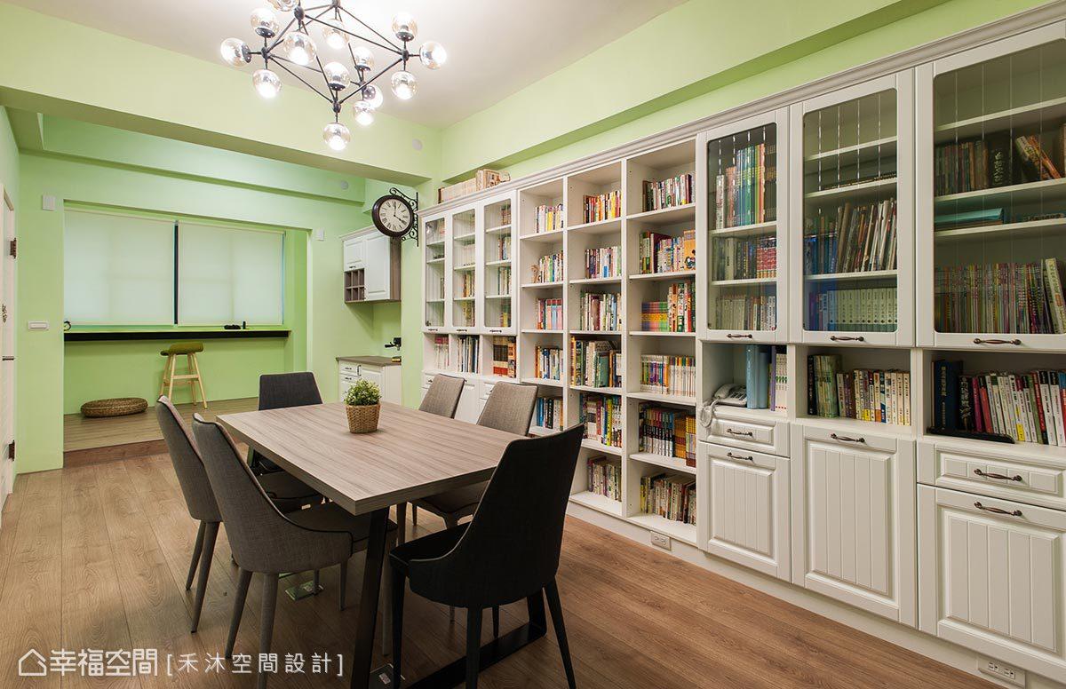 沿牆安排的大面書牆,搭配量身訂製的大型書桌與窗邊和室,營造家庭圖書館概念。