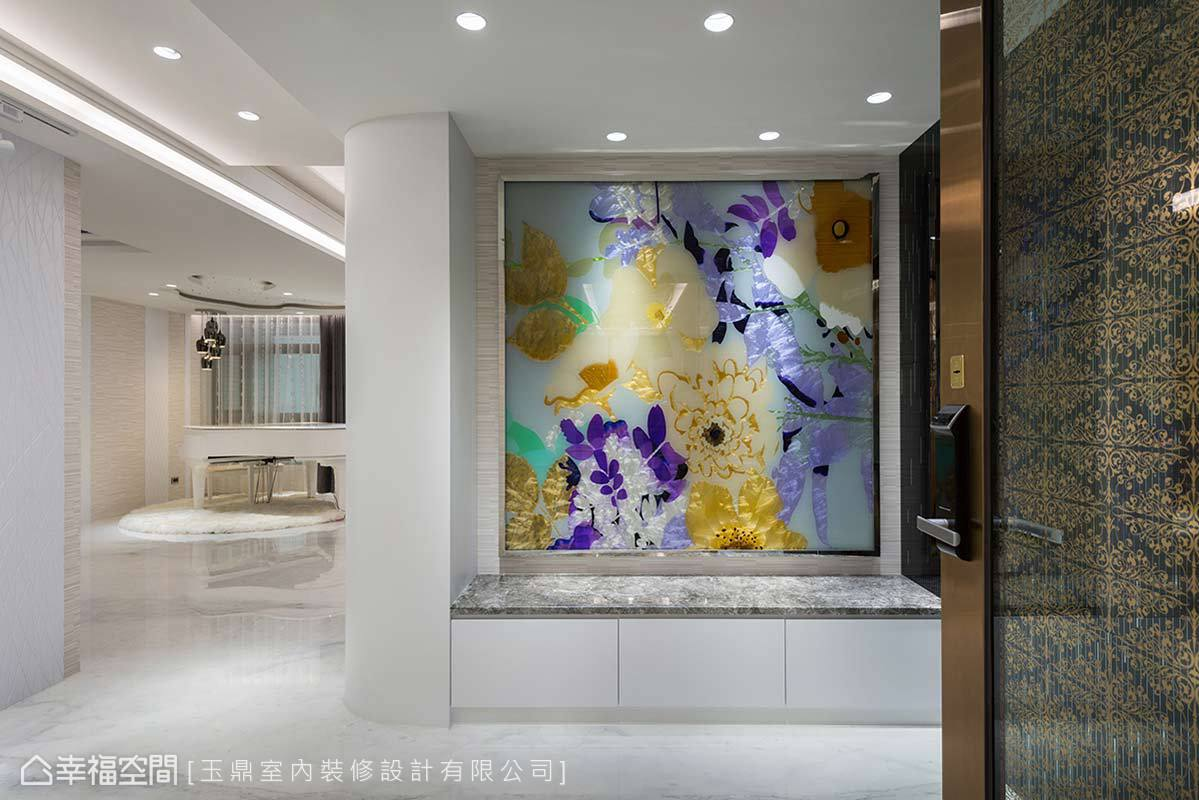 一幅色彩斑斕的琉璃畫作,透過色彩及質材表現精彩樣貌,也在白紙般的空間增添色彩。