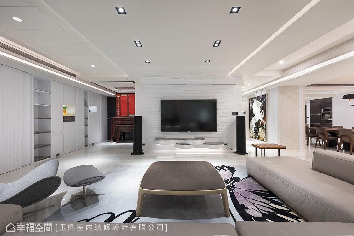 投影布幕、專業音響,為有品味的屋主設置家庭劇院,電視牆檯面也以幾何的現代流線,圍塑空間主題。