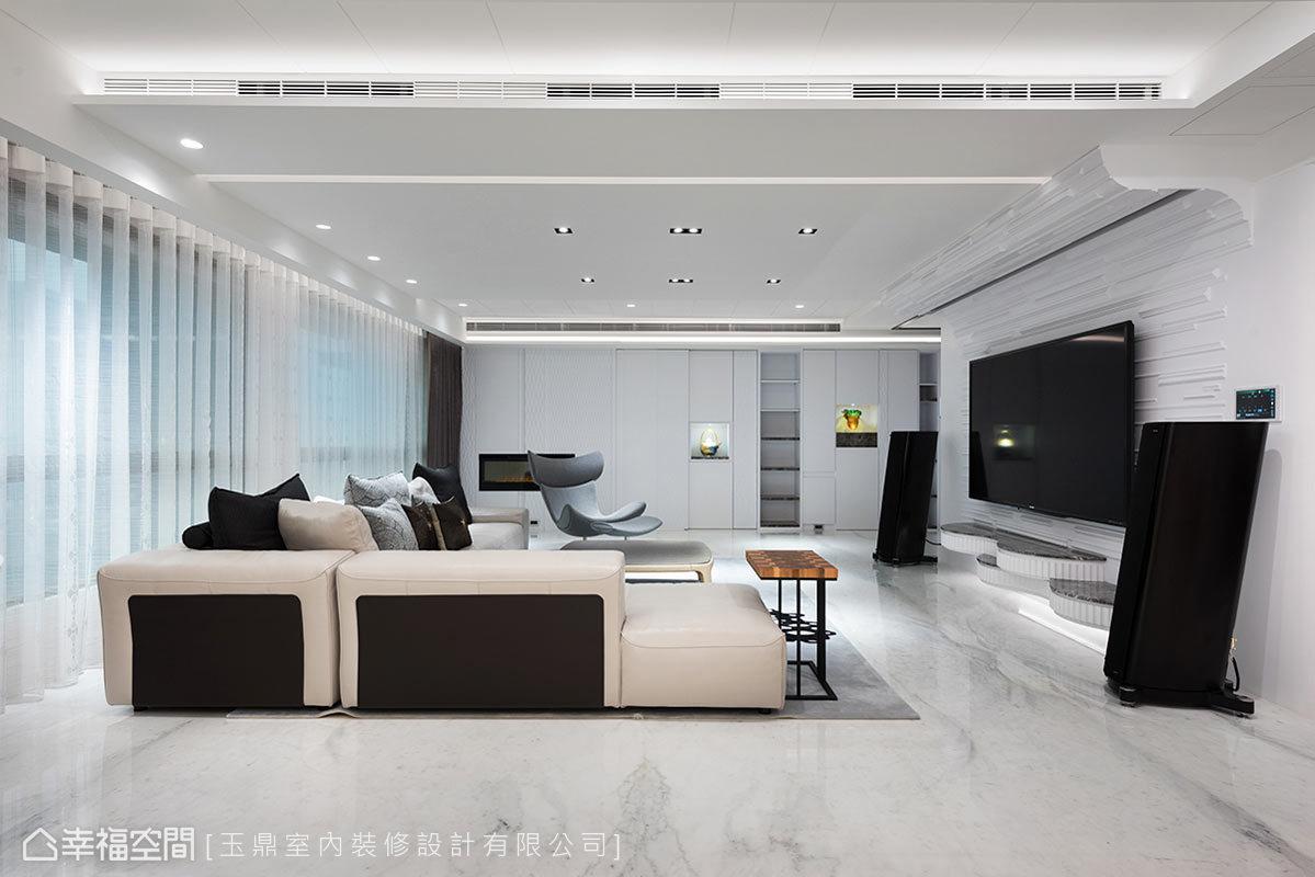 以俐落的線條及櫃面的形式,將私人場域的動線及入門區隱藏,維持一貫的清爽乾淨。