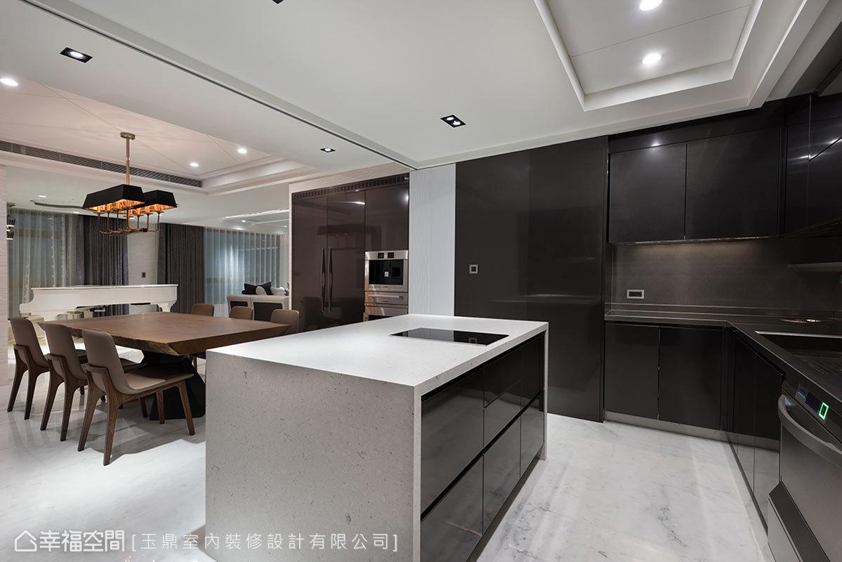 營造國外的居家氛圍,玉鼎設計以開放式廚房連結餐廚區,讓動線流暢、機能滿分。