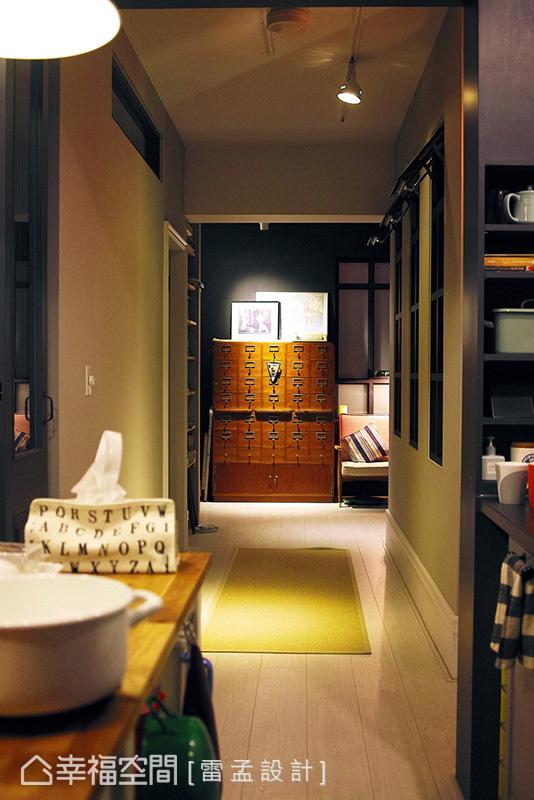 從國外帶回的骨董格子櫃安放於廊道末端,可完整收納工作室需求的五金、建材,更是一道美麗的廊道端景。
