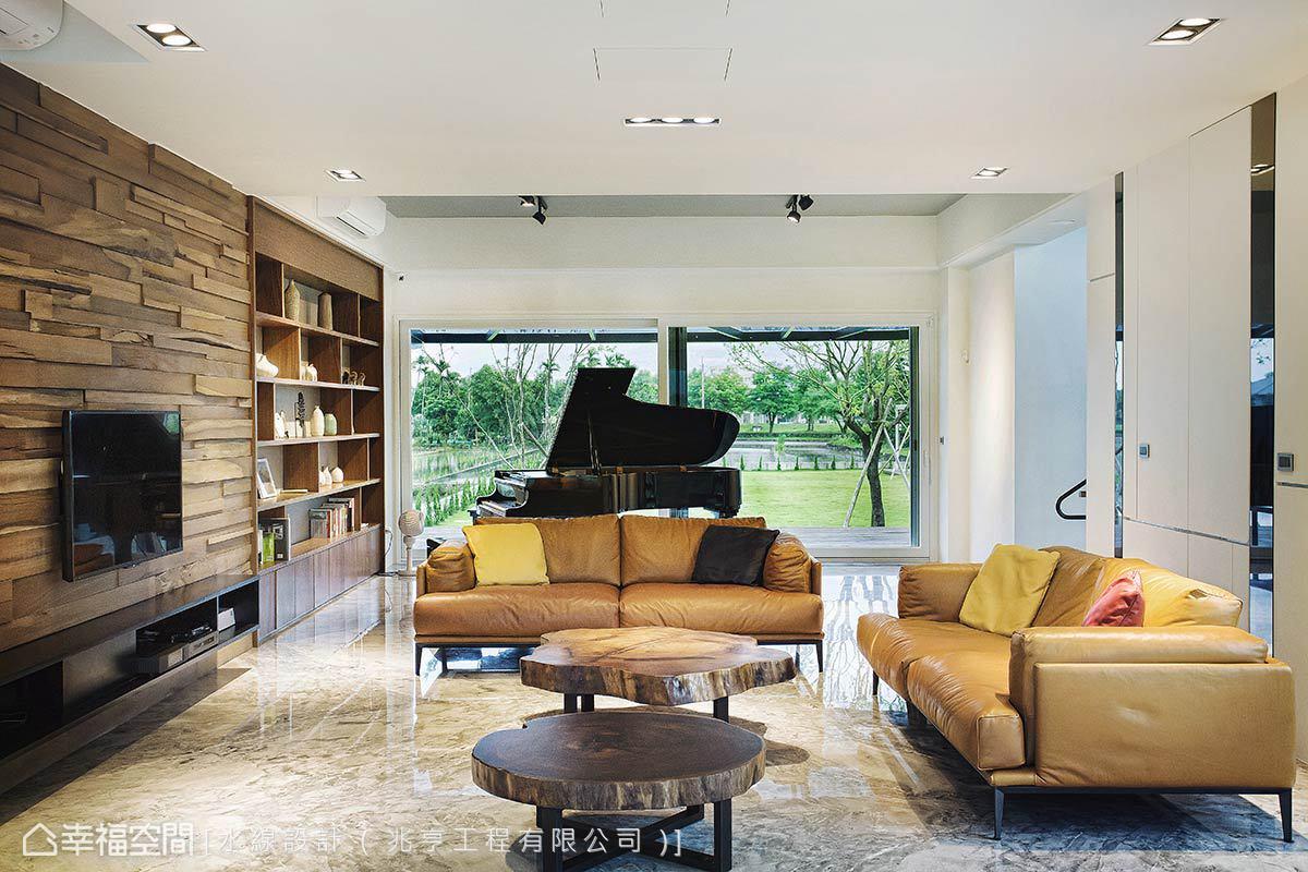 擁有前後窗光的客廳引入雙邊綠意景致,並於臨窗區置放三角鋼琴,構築如同渡假飯店接待lobby的質感器度。