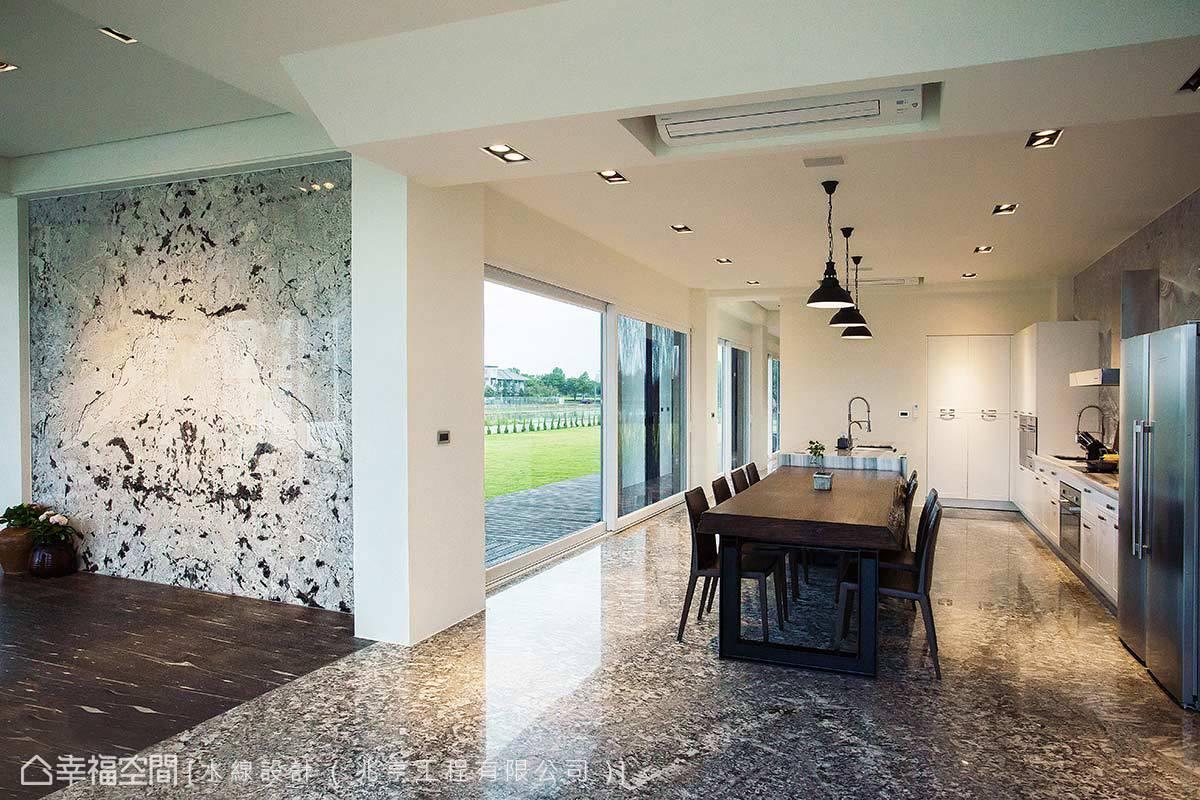 從立面到地坪、從玄關到餐廚區,不同的介質轉圜或場域過渡,都藉由石材原生的色澤與肌理完美妝點。