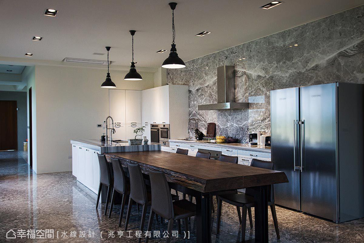 接續中島規劃的柚木餐桌結合H型鋼加強穩定性與俐落感,更在白色廚具中跳出空間主體性。