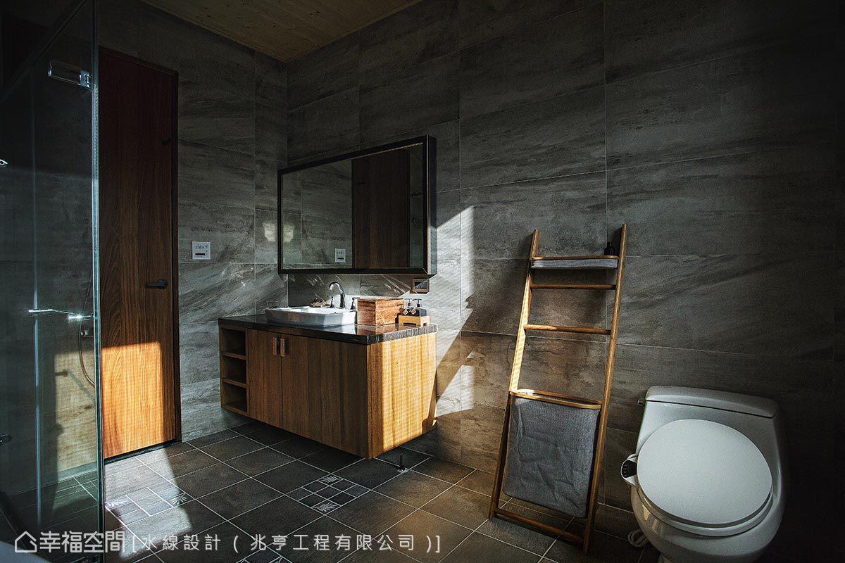 採仿大理石紋磁磚貼飾立面,佐搭木質浴櫃與毛巾架,表現渡假飯店品味。