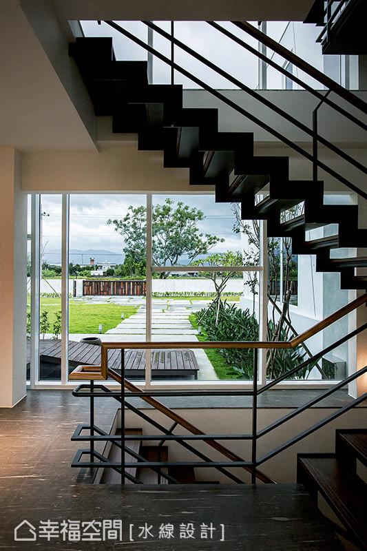 倚玻璃帷幕規劃的龍骨樓梯保有空間視野的穿透性,在上下樓層間移行時也可飽覽庭園綠意景觀。