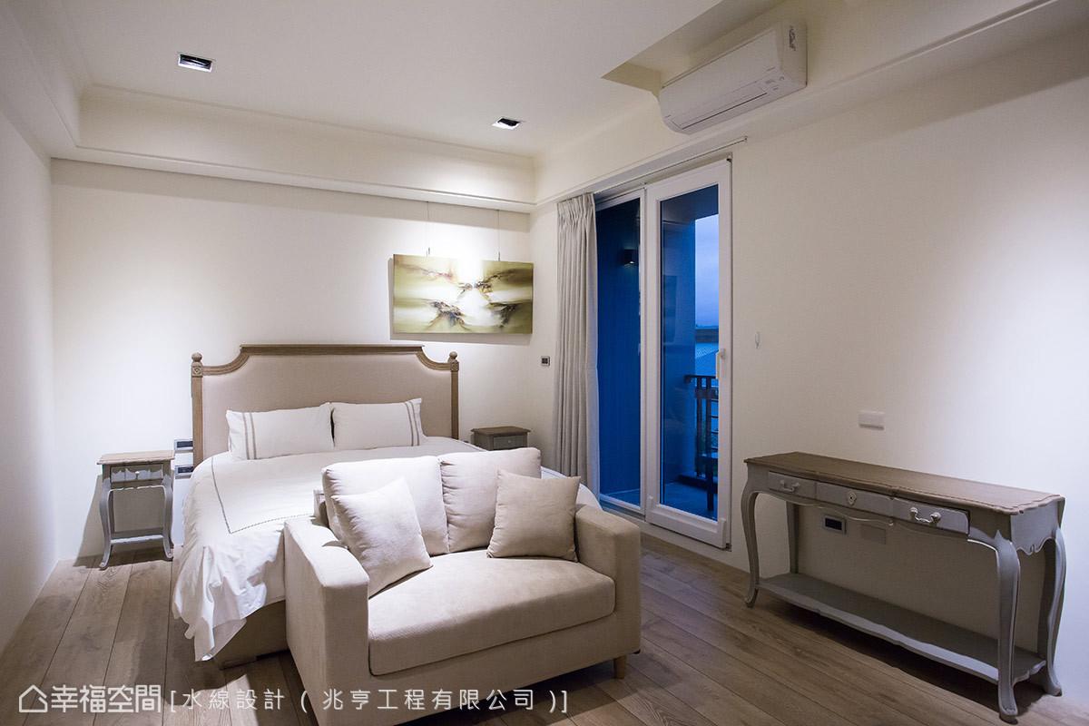 保有空間架構的簡約樣貌,挹注些許的古典線條構築臥房空間的溫柔樣貌。