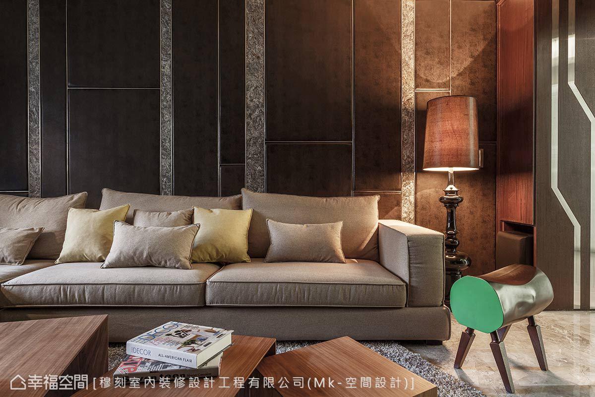 延伸整體色系,不規則矩形切割的方塊體內以繃布增添坐靠的舒適性,另飾以大理石與毛絲面不鏽鋼修邊,在多元的異材質混搭中表現精工水準。