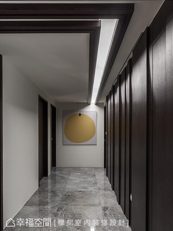 天花處的金屬線條伴隨光束彎折進入廊道,順勢成為動線導引及過道照明,並將客衛浴與書房門片隱於立體木作牆面內,滿足屋主對書房的隱密性需求。