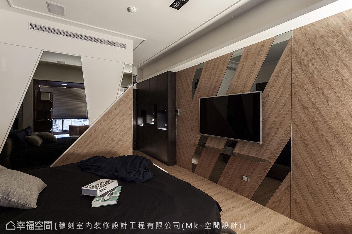 延伸地坪木紋與鏡面交錯出motel般的臥眠情境,並將更衣室隱入牆面設計中。
