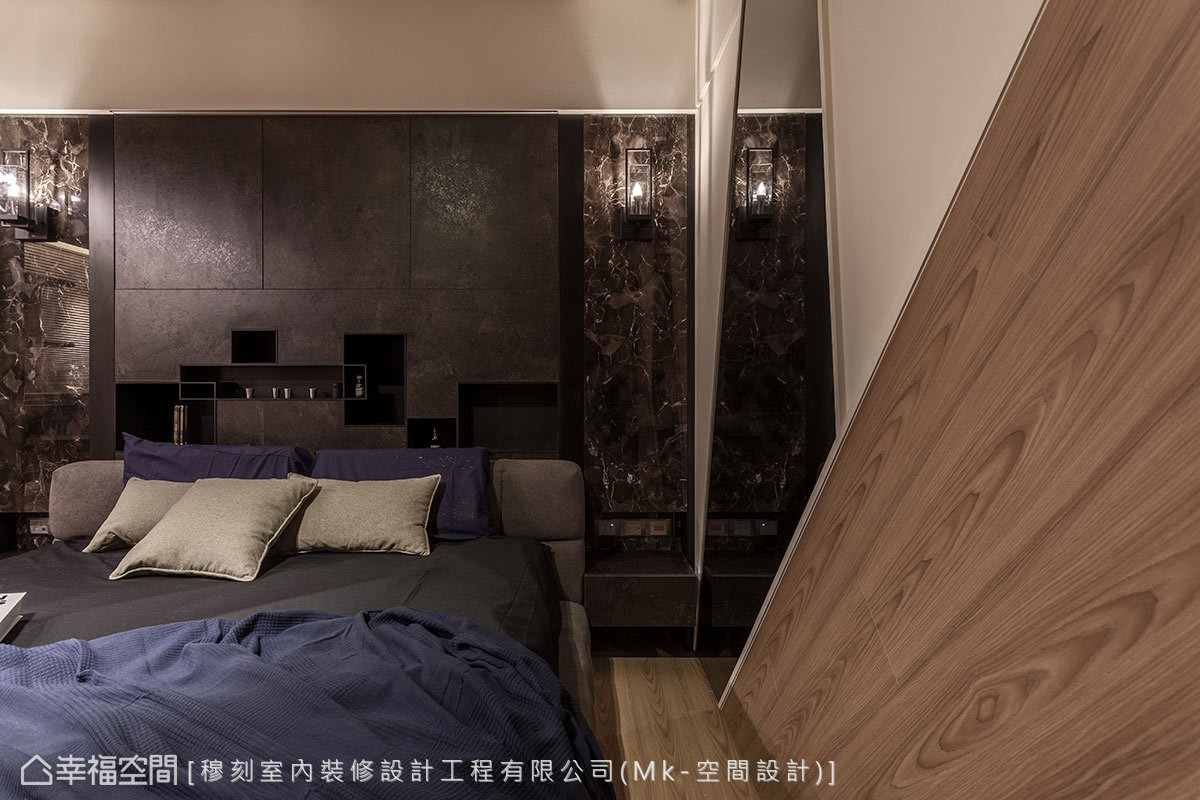 空間的亮點放在採木工施作的金屬切割與系統板床頭主牆,兩側另佐搭大理石餘料,營造主臥房不凡的大器主景。