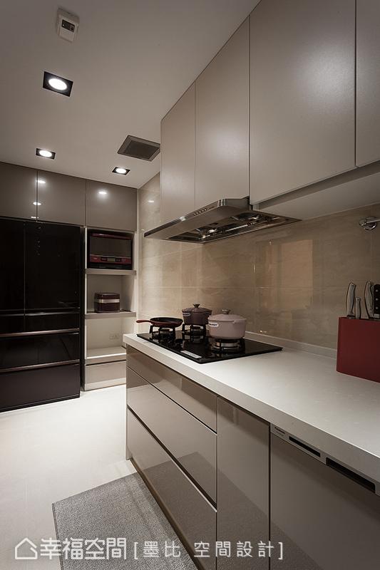 因應屋主自購的三機設備,在現代簡約的風格基礎下,墨比設計量身訂製專屬廚具餐檯。
