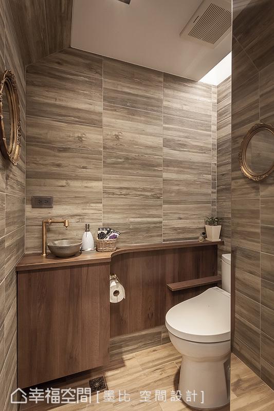 壁面與地面大膽選用同一塊紋理斑斕磁磚貼飾出飯店質感,並納入屋主自購的龍頭、臉盆,及考量有限的使用坪數,打造設計感獨具的衛浴空間。
