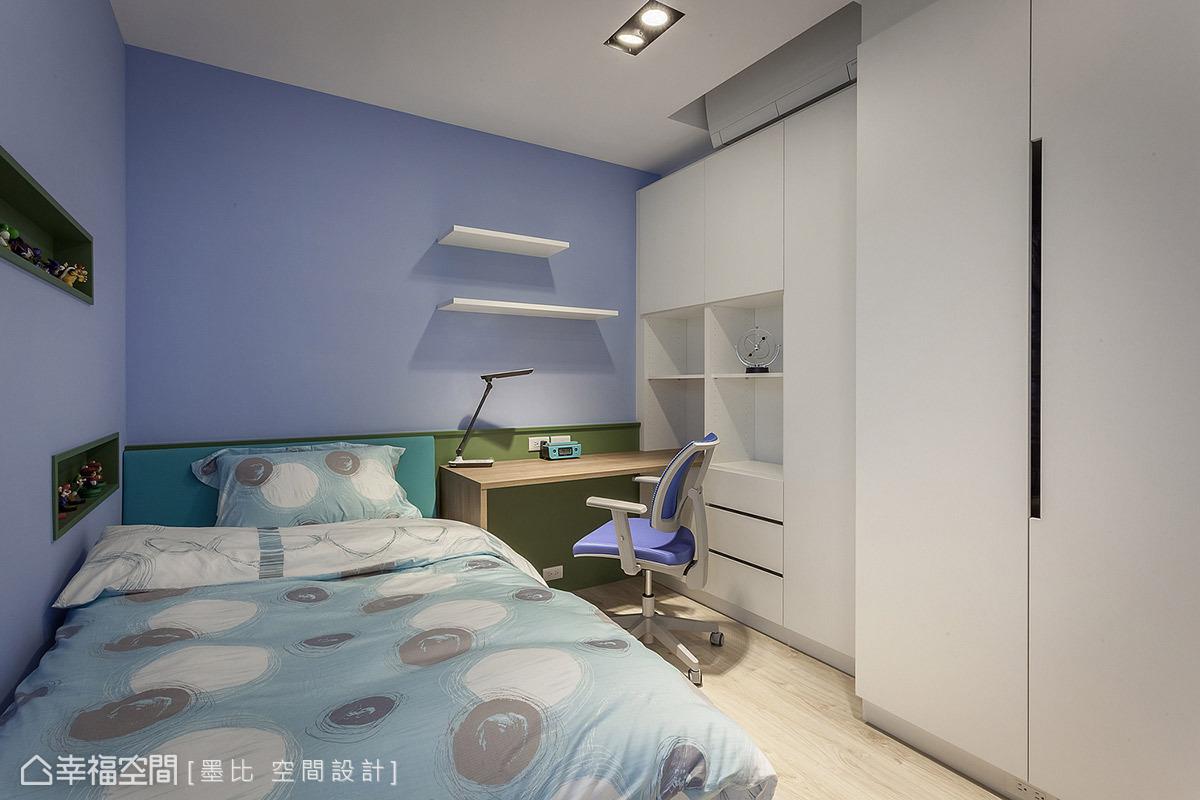 藍白相佐的色調呈現乾淨清爽男孩房氣息,黎博堯、戴家宏設計師另在床側安排內嵌展示櫃,可擺放心愛的玩具公仔。
