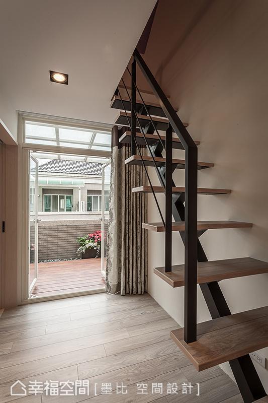 通往閣樓儲藏室的樓梯,改以鐵件打造穿透輕盈的視覺感受,納入更多的日光穿透量。