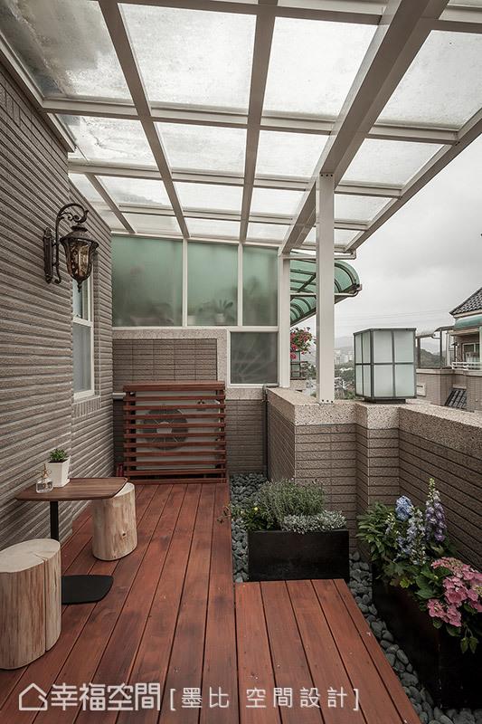 白框透明雨遮下鋪設南方松地坪、卵石造景,在頂樓構築一隅賞景、聽雨的日光露臺。